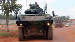 Un char français de la force euréopéenne Eufor patrouillant dans une rue de Bangui.