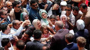 Le président turc et sa femme prenant un bain de foule à la sortie de leur bureau de vote, dimanche 23 juin.