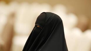 صورة من الأرشيف لمرأة تشارك في منتدى ليوم المرأة العالم في الكويت في 8 آذار/مارس 2010