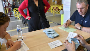 Les bulletins du référendum concernant l'aéroport de Notre-Dame-des-Landes en train d'être dépouillés, le 26 juin 2016.