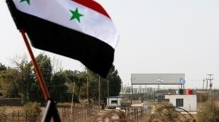 صورة للعلم السوري أمام مقر لقوات الأمم المتحدة في الجولان المحتل في 15 تشرين الأول/أكتوبر 2018