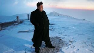 na foto de 2015 que muestra al líder norcoreano Kim Jong-un en la cima del Monte Paektu.