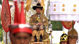 Le nouveau roi, Maha Vajiralongkorn, assis sur le palanquin royal lors de son couronnement à Bangkok, le 4 mai 2019.