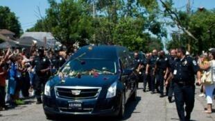 موكب تشييع محمد علي يمر أمام المنزل الذي أمضى فيه طفولته في لويفيل الجمعة 10 حزيران/يونيو 2016
