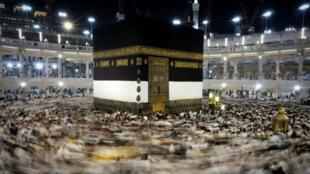 Des pèlerins musulmans tournent autour de la Kaaba, autour de laquelle a été construite la Grande Mosquée, lundi 21 septembre 2015.