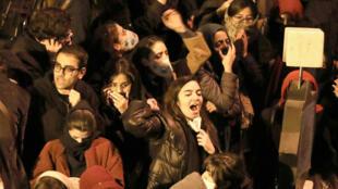 Des étudiants iraniens chantent des slogans antirégime le 11 janvier 2020 à Téhéran lors d'un rassemblement en hommage aux victimes du crash du Boeing ukrainien abattu par l'armée iranienne.