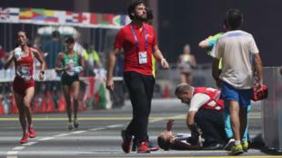 Giovanna Epis, atleta italiana, recibe atención médica durante la maratón femenina del Mundial de atletismo en Doha, Qatar, el 28 de septiembre de 2019.