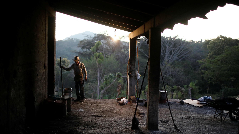 Un trabajador de una fábrica limpia su área de trabajo en Tepetitan, El Salvador, el 25 de enero de 2019.