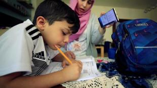 صبي يدرس في المنزل خلال فترة إغلاق المدارس بسبب فيروس كورونا في صيدا، لبنان  2 يونيو/ حزيران 2020