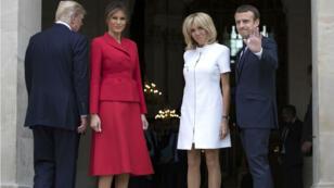 Donald et Melania Trump en compagnie de Brigitte et Emmanuel Macron sur le perron du Musée des Armée aux Invalides à Paris, le 13 juillet 2017.