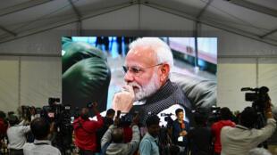Le Premier ministre Narendra Modi est vu pendant la transmission en direct de la tentative d'alunissage de la sonde Chandrayaan-2, à Bengalaru le 7 septembre 2019.