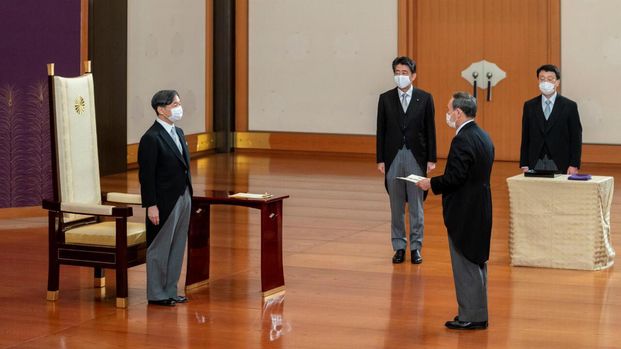 El emperador Naruhito de Japón se encuentra ante el nuevo primer ministro Yoshihide Suga, mientras el ex primer ministro Shinzo Abe observa, durante la ceremonia de atestación de Suga en el Palacio Imperial en Tokio, Japón, el 16 de septiembre de 2020,
