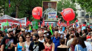 """Los manifestantes sostienen pancartas y pancartas durante una manifestación de los sindicatos franceses y el partido político France Insoumise """"(Francia sin Arco) para protestar contra las reformas del gobierno, en París, Francia, 26 de mayo de 2018."""