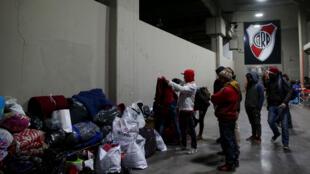 Personas sin hogar recibieron donaciones en el estadio Monumental de River Plate en Buenos Aires, Argentina, el 3 de julio de 2019.