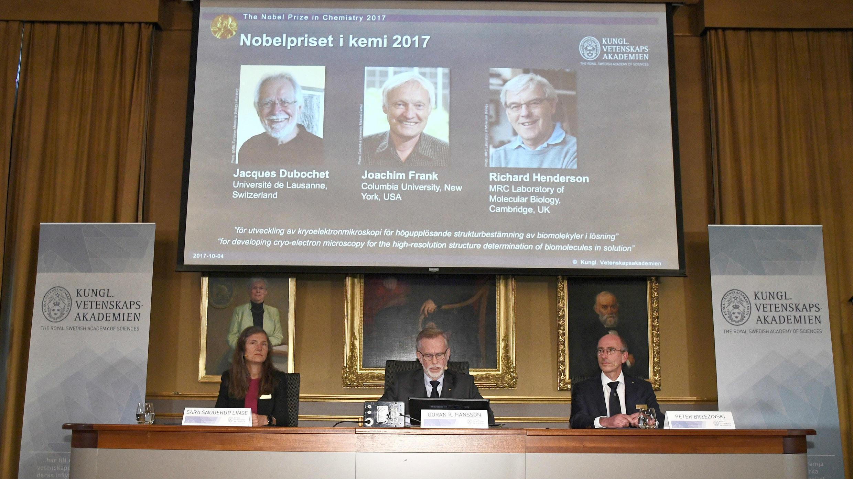 Gunnar von Heijne (centro), secretario del Comité del Nobel de Química de 2017, Sara Snogerup Linse, directora del Comité del Nobel de Química de 2017, y Peter Brzezinski, profesor de bioquímica, anuncian los ganadores del Premio Nobel de 2017 durante una rueda de prensa en Estocolmo (Suecia) el 4 de octubre de 2017.