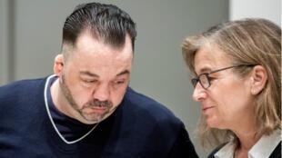 Niels Hoegel parle à son avocate Ulrike Baumann lors de son procès, à Oldenbourg, le 6 juin 2019.