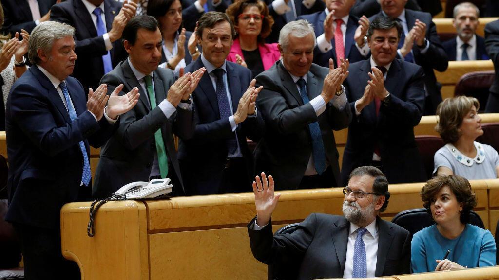Al término de su intervención ante el pleno celebrado este viernes en el Senado, el presidente Mariano Rajoy fue aplaudido por los miembros del grupo parlamentario popular.