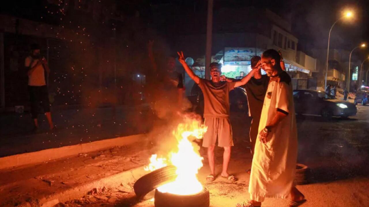 شبان ليبيون يحرقون عجلات في مدينة بنغازي شرق البلاد احتجاجا على تردي الأوضاع المعيشية، 12 سبتمبر/أيلول 2020.