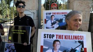 Manifestantes sostienen pancartas que representan a Rodrigo Duterte, afuera de la residencia del presidente israelí, Reuven Rivlin, durante su reunión con el presidente filipino, en Jerusalén, el 4 de septiembre de 2018.