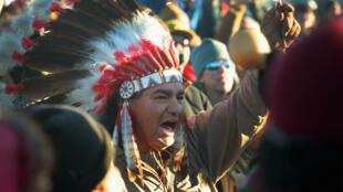 Un militant amérindien célébrant le rejet du projet d'oléoduc dans la réserve de Standing Rock, le 4 décembre.