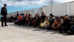 Des migrants clandestins en provenance de Libye attendent sur le port de Lampedusa, le 18 février 2015, avant d'être transférés vers Porto Empedocle, en Sicile.