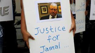 Un periodista indonesio sostiene un cartel durante una protesta por el asesinato del periodista saudita Jamal Khashoggi frente a la embajada de Arabia Saudita en Yakarta, Indonesia, el 19 de octubre de 2018.