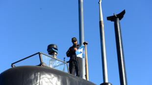 Uno de los tripulantes del submarino ARA San Juan que desapareció hace seis días, en el puerto de Buenos Aires, el 2 de junio del 2014.