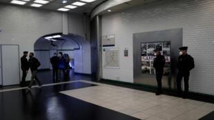 La policía vigila en el metro de París el 11 de mayo de 2020