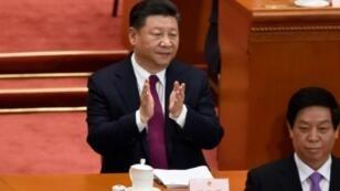 الرئيس الصيني شي جينبينغ مصفقا عند افتتاح أعمال الجلسة السنوية للجمعية الوطنية في بكين في 5 آذار/مارس 2018