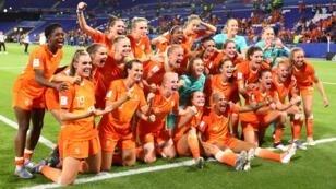 لاعبات المنتخب الهولندي يحتفلن بفوزهن على السويدي في نصف نهائي كأس العالم.