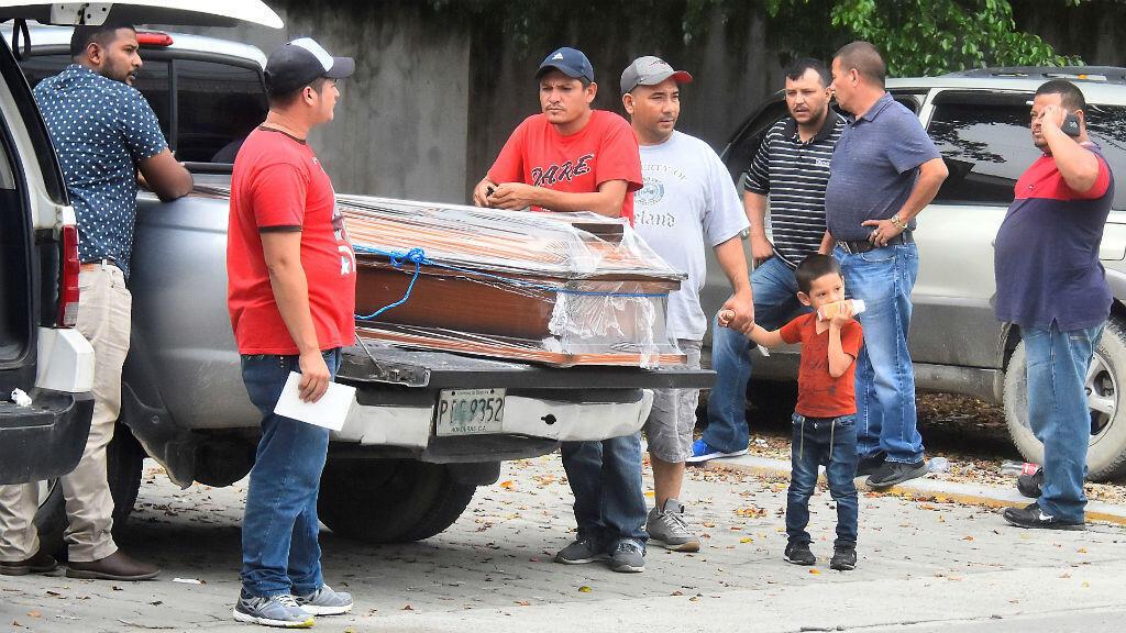 Familiares de los fallecidos en el penal de Tela acuden a la morgue judicial del Ministerio Público hondureño. San Pedro Sula, Honduras, 21 de diciembre de 2019.