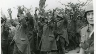 L'arrivée des tirailleurs sur le lieu du massacre de Chasselay, le 20 juin 1940.