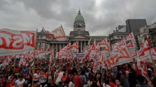 """Grupos de izquierda realizan un acto frente el Congreso bajo la consigna """"Contra Macri, el FMI y el G20, por la unidad de toda la izquierda"""", a una semana de la reunión del G20 en la capital argentina."""