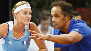 Kristina Mladenovic et Yannick Noah entre deux jeux, dans le match contre l'Américaine Sloane Stephens dimanche 22 avril à Aix-en-Provence.