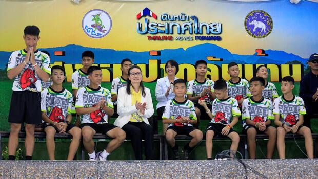 Los 12 niños tailandeses rescatados asisten a una conferencia de prensa en Chiang Rai después de ser dados de alta el 18 de julio de 2018.