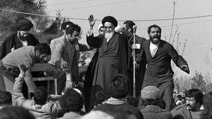 آية الله الخميني ملوحاً لمؤيديه في طهران خلال زيارةٍ له يوم عودته من فرنسا بعد 15 سنةً في المنفى