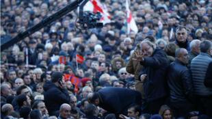 El líder de la oposición y ex candidato presidencial Grigol Vashadze saluda a sus partidarios durante un mitin cerca del edificio del parlamento en Tbilisi, Georgia , 2 de diciembre de 2018.