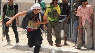 مقاتلون موالون لهادي خلال مواجهات مع الحوثيين في عدن