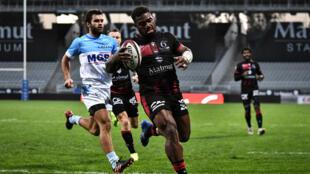 L'ailier fidjien de Lyon Josua Tuisova, auteur de trois essais, file dans l'en-but face à Bayonne, le 18 octobre 2020 au stade Gerland