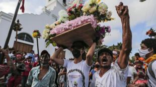 Fieles católicos participan de la celebración de Santo Domingo de Guzmán, fuera de la iglesia de Las Sierritas de Santo Domingo en Managua, el 1º de agosto de 2020