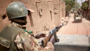 جنود ماليون يسيرون دورية في محلة دجيني في وسط مالي في 28 شباط/فبراير 2020.