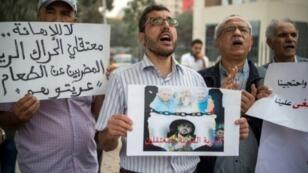 أنصار حركة الاحتجاج في شمال المغرب يرفعون صورا وشعارات خارج محكمة الاستئناف في الدار البيضاء في 17 تشرين الأول/أكتوبر 2017.