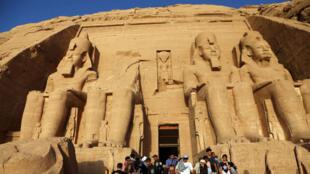 Turistas visitan el templo de Abu Simbel, a unos 300 kilómetros al sur de Aswan, en Egipto, el 22 de octubre de 2018.