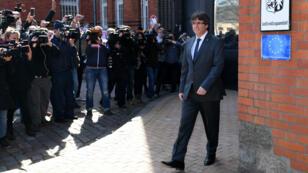 L'ancien président de la région Catalogne Carles Puigdemont, à sa sortie de la prison de Neumünster, en Allemagne, le 6 avril 2018.