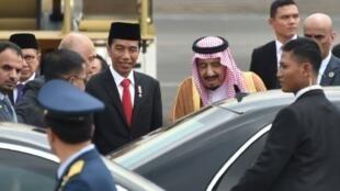 الرئيس الإندونيسي جوكو ويدودو يستقبل الملك سلمان في مطار جاكرتا، 1 آذار/مارس 2017