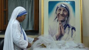 Une religieuse des Missionnaires de la Charité devant une photo de Mère Teresa, en décembre 2015 à Calcutta.