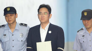 لي جاي-يونغ نائب رئيس سامسونغ لدى وصوله إلى المحكمة في سيول 25 آب/اغسطس 2017.