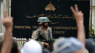 Soldats pakistanais tenant devant le siège de la télévision d'État, le 1er septembre 2014.