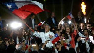 El candidato presidencial Sebastián Piñera ondea una bandera en su cierre de campaña en Santiago, Chile. 16 de noviembre 2017