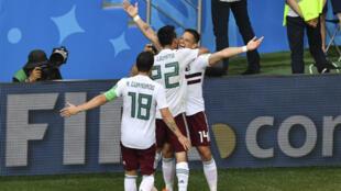 L'attaquant mexicain Javier Hernandez célèbre son but, le second de son équipe dans ce match contre la Corée du Sud.